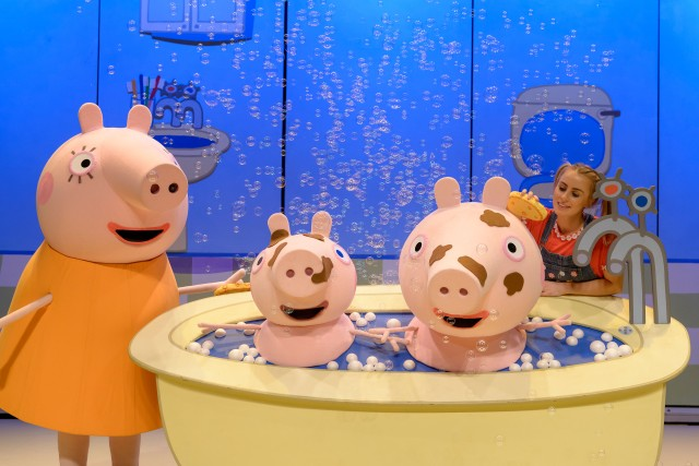 peppa-pigs-surprise-uk-tour-2015-6-mummy-pig-george-peppa-pig-and-emma-grace-arends-as-daisy-photo-by-dan-tsantilis